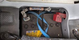ハイエースディーゼル車運転席側バッテリー