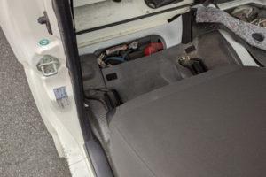 ハイエースディーゼル車運転席側バッテリー位置